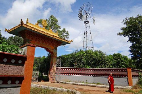 vėjo malūnas,vėjo energija,Tibeto gyvenvietė,vartai,ornate,vienuolis,mundgod,Indija