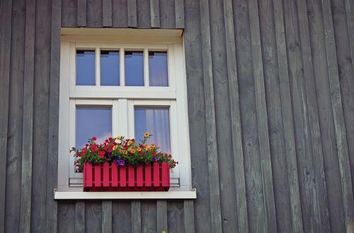 langas,groteliniai langai,fasadas,namai,gėlių dėžė,architektūra,pastatas,idiliškas,Hauswand,namo fasadas,medienos fasadas,natiurmortas,dekoratyvinis,mediena,gėlės
