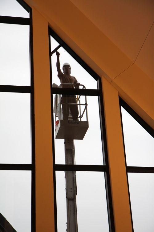langas,langų valytojas,švarus,švaresnis,stiklas,ploviklis,plauti,darbuotojas,okupacija,nušluostyti,valytuvas,švarūs langai,langų poveržlė