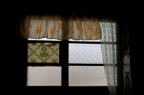 langas,rėmas,užuolaidos,užuolaidos,interjeras,dekoruoti,patalpose,namas,namai,gyvenamoji vieta,patalpose,stilius,butas,drabuziai,tamsi,kambarys
