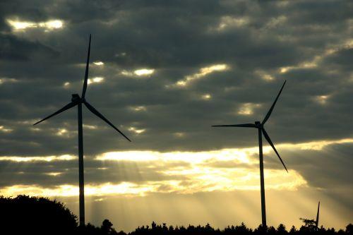 windräder,vėjo energija,dangus,saulėlydis,abendstimmung,twilight,pinwheel,energija,dabartinis,vėjo energija,rotorius,vėjo parkas,verspargelung,vėjo jėgainė,atsinaujinanti energija,debesys,siluetas