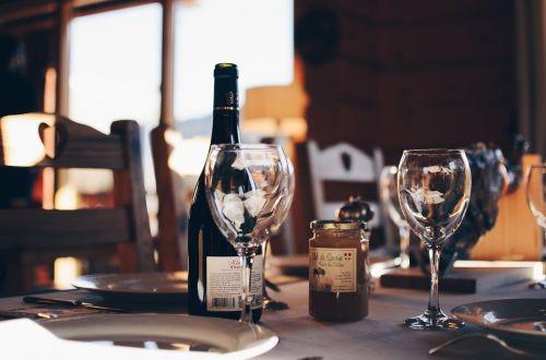vynas,stiklas,likeris,butelis,plokštės,restoranas,baras,šakutė,peiliai,kėdės,stalas,balta,medinis,plienas