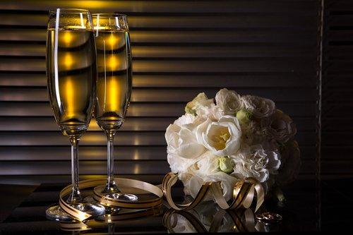 vyno taurės, Šampanas, puokštė, gėlės, žiedai, Vestuvės, alkoholio, šventė, dekoro, gražus, kaspinas, auksas, baltos spalvos, tulpės, Blizgučiai, magija, stiklo, atspindys