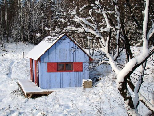 žiema,mėlynas namas,raudonos žaliuzės,namelis,medinis namas,spalvingas namas,namas,sniegas