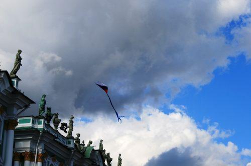 žiemos rūmai,dangus,debesys,aitvaras,skraidantis,Rusijos vėliavos spalvos,Sankt Peterburgas