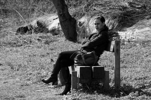 moteris,bankas,sėdėti