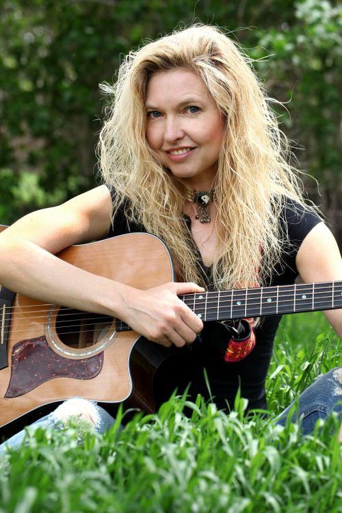 moteris,muzika,gitara,mergaitė,Moteris,laimingas,šypsosi,atsipalaiduoti,muzikantas,sėdi,šypsena moteris,laiminga moteris,moteris šypsena,portretas