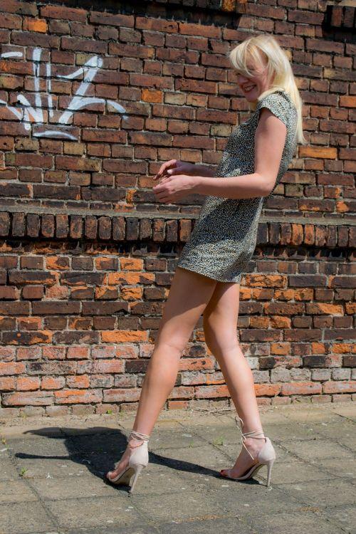 moteris,suknelė,avalynė,apranga,Šviesiaplaukis,aukštakulniai,dalis,mada,kojos,moterys,siena,grafiti,juoktis,Šviesiaplaukis,juokiasi,kelias,šaligatvis