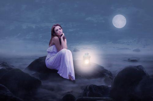 moteris,grožis,sėdėti,Rokas,žibintas,šviesa,mėnulio šviesa,naktis,debesys,dangus,nuotaika,romantiškas,naktinė nuotaika,pilnatis,romantiška nuotaika,tylus,poilsis,fantazija,naktinis dangus,mįslingas,tamsi,foto montavimas,komponavimas