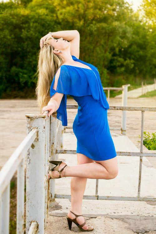 moteris, mėlyna suknelė, laikysena