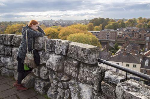 moteris, kraštovaizdis, ruduo, atrodo, atrodo, kelionė, Miestas, Anglija, žmonės, moterys, lauke, oras, siena, akmuo, moteris žiūri į kraštovaizdį