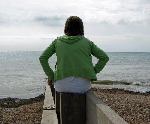moteris, Moteris, dienos svajonė, žiūrėti, žiūri, jūra, vandenynas, kranto, pajūryje, vienas, nuotrauka, vaizdas, atsipalaiduoti, šventė, taikus, ramus, moteris žiūri į vandenyną