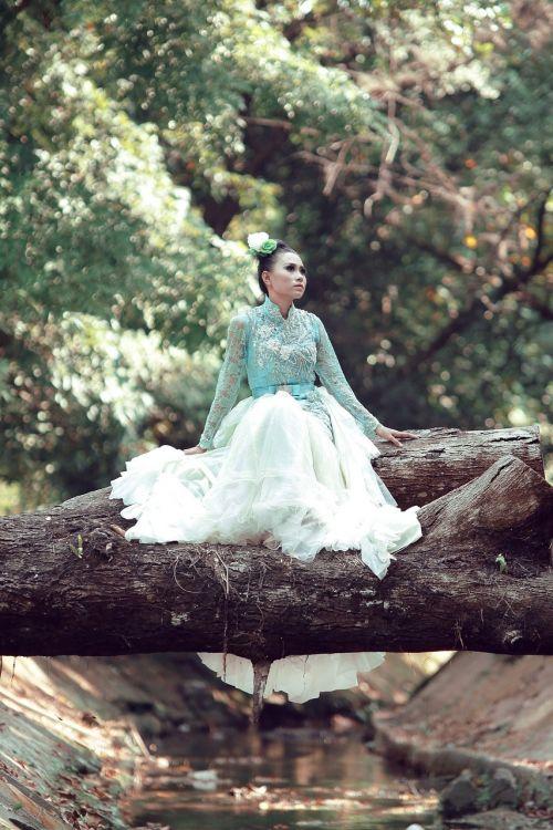 moteriškos suknelės,jaunas,moterys,ilgi plaukai,lapai,žalias miškas,modeliniai stiklai
