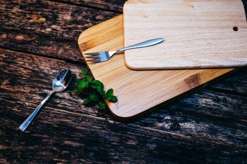 medinis,stalas,mediena,pjaustymas,lenta,šaukštas,šakutė,žalias,lapai