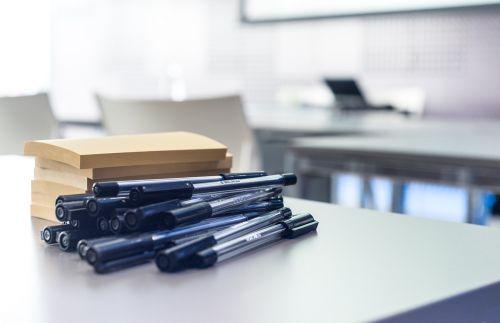 seminaras,rašikliai,po jo pastaba,lipdukas,verslas,lenta,biuras,pastaba,popierius,stalas,stalas,kompiuteris,susitikimas,įvykis,darbo vieta,darbas,klasė,kėdės,balta