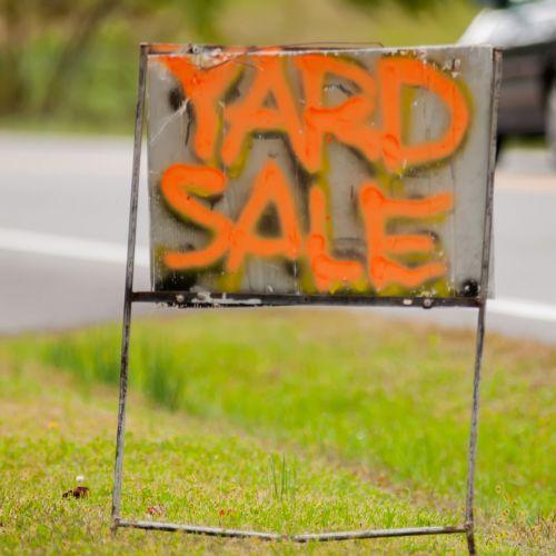 kiemas, pardavimas, ženklas, garažas, parduoti, dėl, sodas, kiemas, žolė, veja, prekės, oranžinė, raidės, žodžiai, kiemo pardavimo ženklas