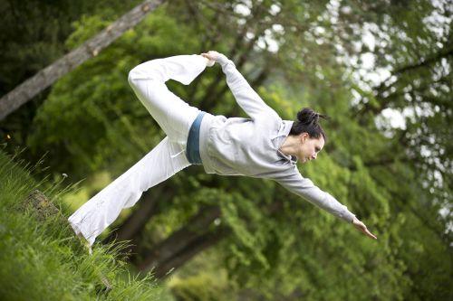 joga, kelti, praktikuojantis, mergaitė, jaunas, medituojantis, atsipalaiduoti, ramus, taika, tylus, gamta, medžiai, energija, sveikata, sveikas, gyvenimo būdas, Sportas, pratimas, tinka, jogos pratimas