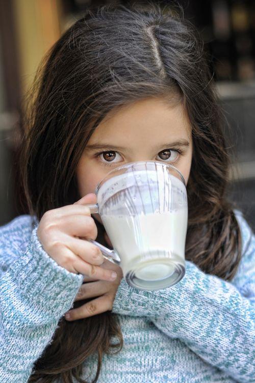 jogurtas,pienas,balta,gerti,šviežias,stiklas,produktas,pieno produktas,skanus,gerti,mergaitė