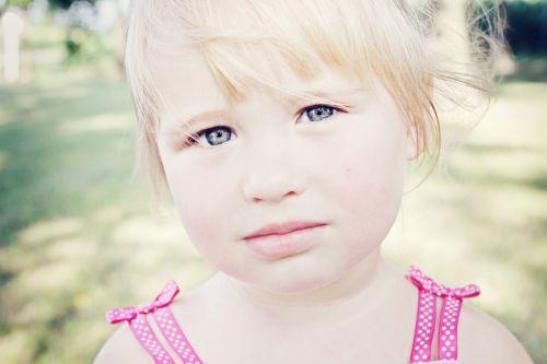 jaunas,mergaitė,lauke,rimtas,veidas,balta,Šviesiaplaukis,plaukai,mielas,vaikas,jaunimas,asmuo