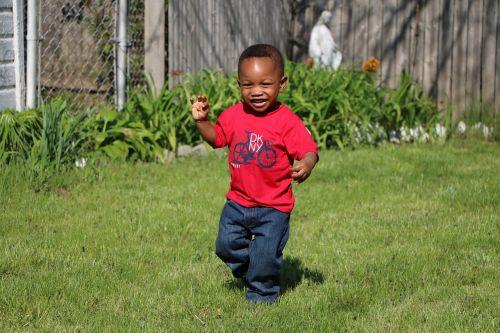 jaunasis berniukas,žaisti,bėgimas,berniukas veikia,berniukas žaismingas,žaismingas,berniukas,african american toddler